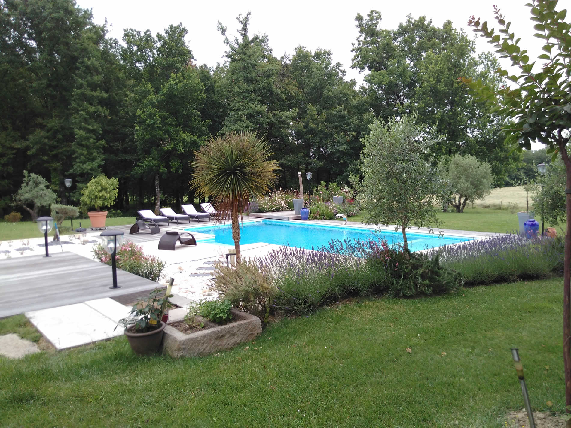 Cr ation d un massif min ral paysagiste professionnel en for Piscine jardin impot