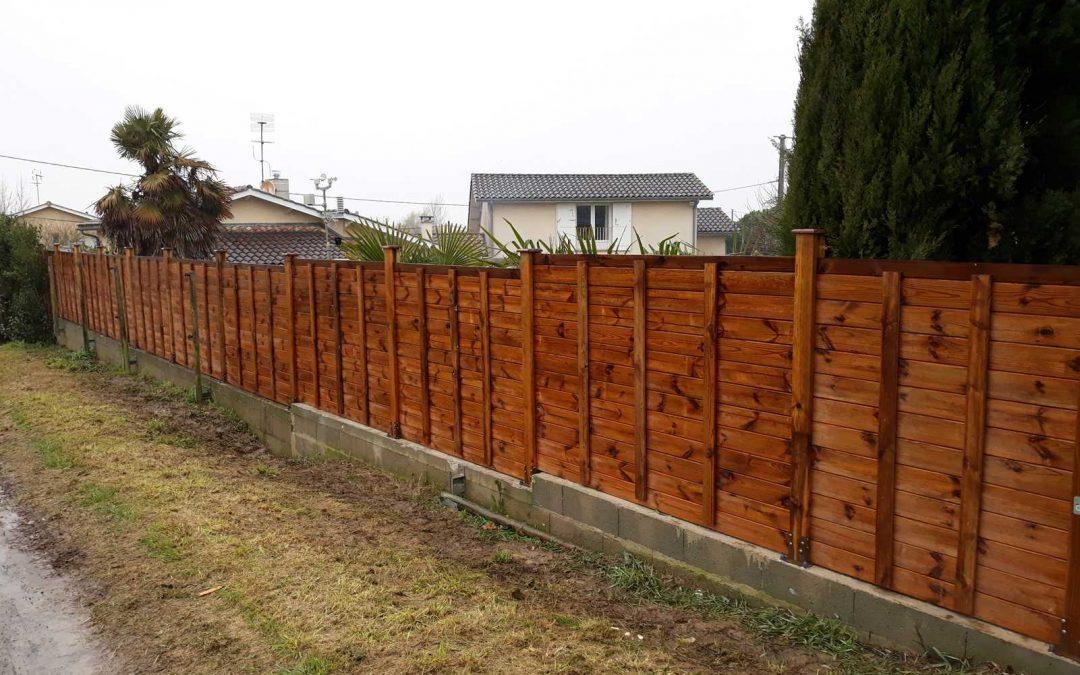 Pose d'une clôture bois en lames empilables
